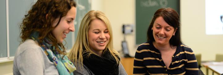 Trois étudiantes qui discutent