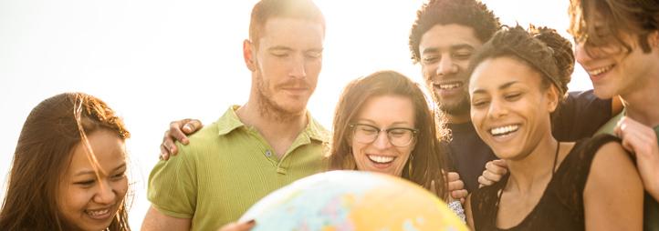 Étudiants autour d'un globe