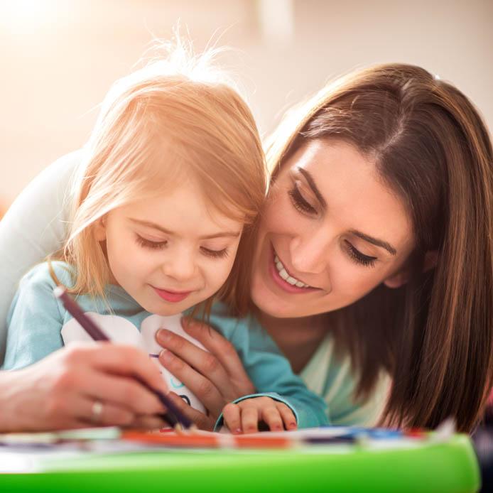 Une fille qui colorie avec sa mère