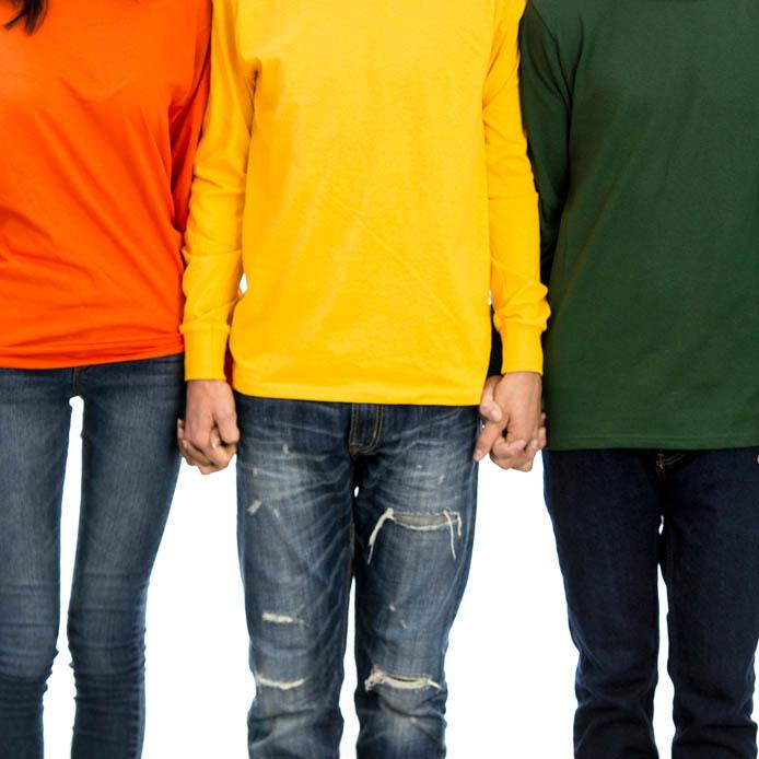 Groupe portent des couleurs vives, se tenant les mains