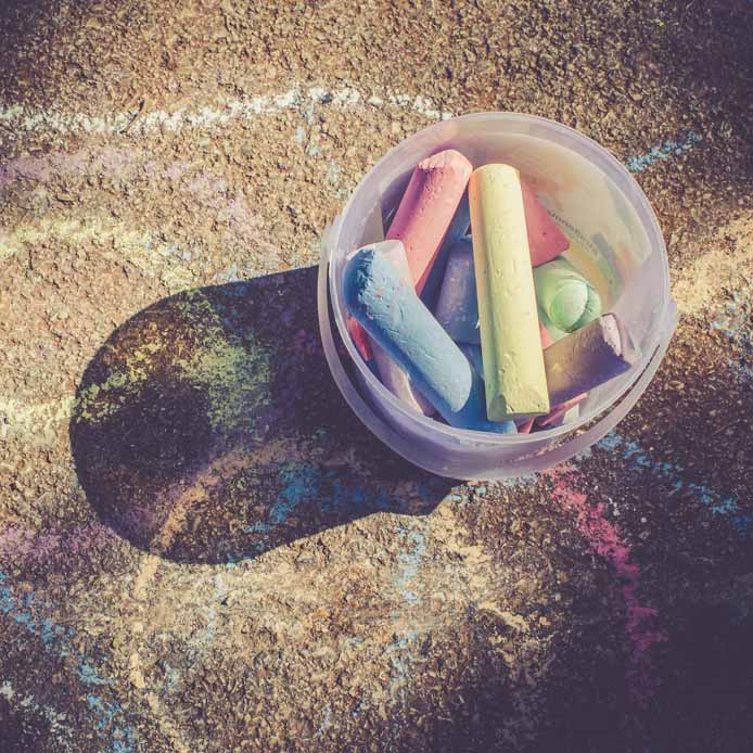 Craie colorée dans un contenant en plastique