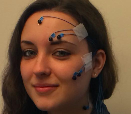 Une fille avec des électrodes attachées sur sa tête