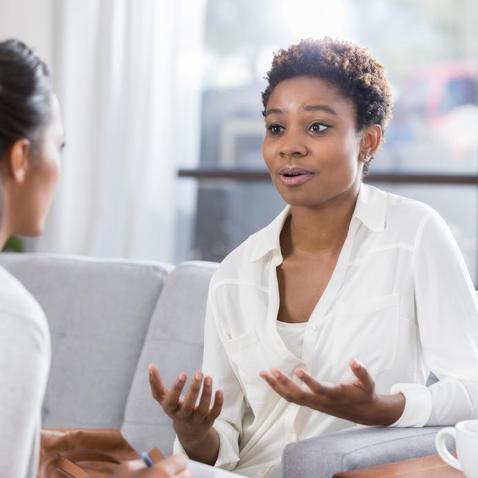 2 femmes assises en face l'une de l'autre en consultation