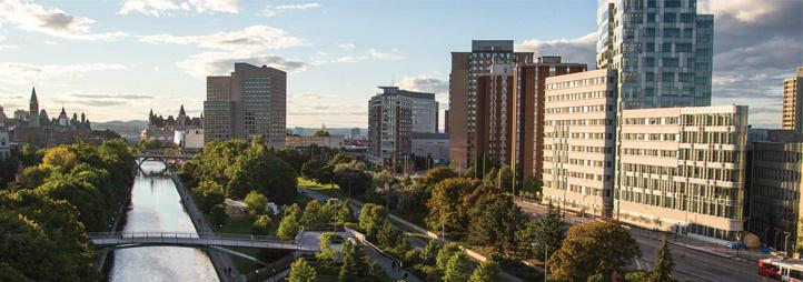 Vue aérienne du Pavillon des Sciences sociales à côté du canal