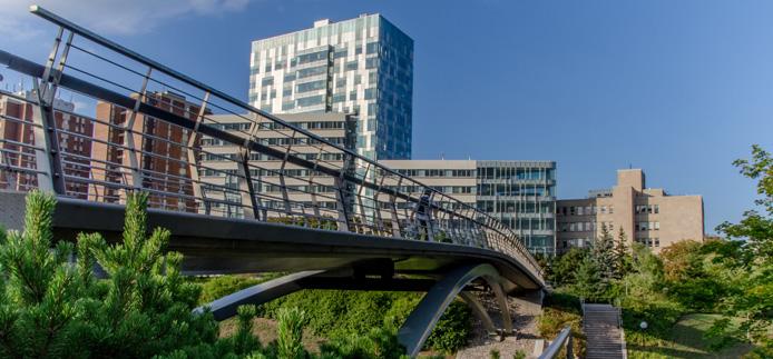 Pavillon FSS vu de l'autre côté du canal près du pont piétonnier