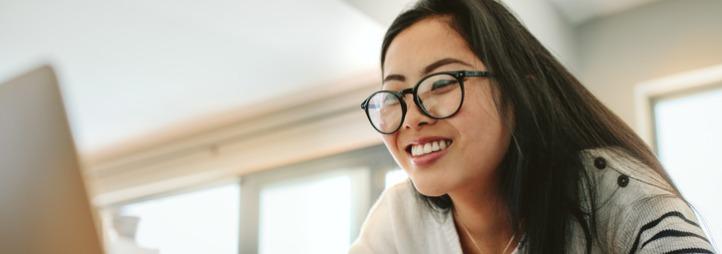 Femme asiatique utilisant son ordinateur à la maison