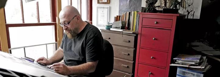 Dessinateur travaillant à son bureau