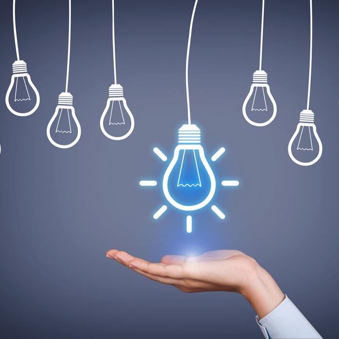 Main ouverte vers le haut avec une ampoule lumineuse au-dessus. Cinq petites ampoules pendent autour d'elle.