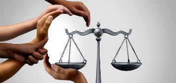 mains formant un visage autour de la balance de la justice