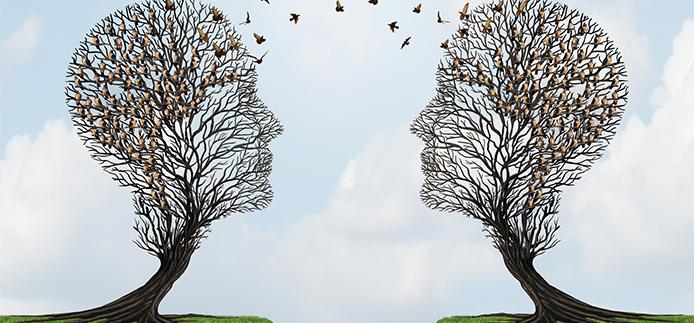 Deux têtes en forme de profil humain communicant à distance