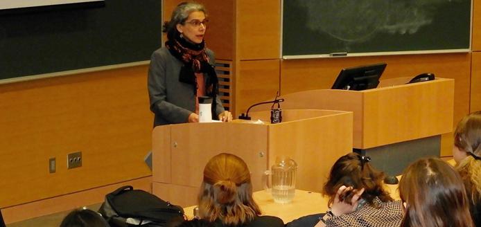 Andrea Khan devant une salle de classe