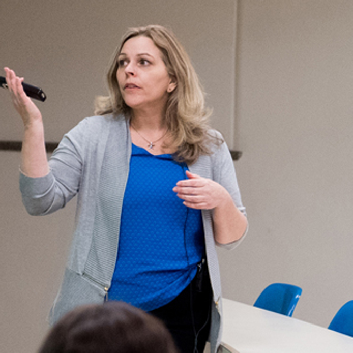 Professeure Rebecca Tiessen qui enseigne une classe