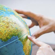 main pointe a un endroit sur le globe