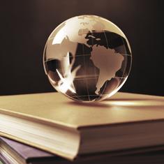 un globe sur des livres