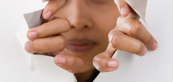 femme en train de déricher une feuille de papier