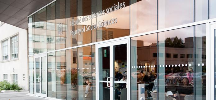 Vue extérieure de l'entrée du Pavillon des Sciences sociales, Université d'Ottawa