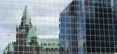 Réflexion du parlement sur un édifice en verre