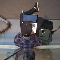 étudiant sur son ordinateur portable