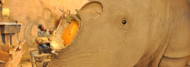 Un taxidermiste prépare le montage d'une tête de rhinocéros (sans la corne) pour un chasseur russe