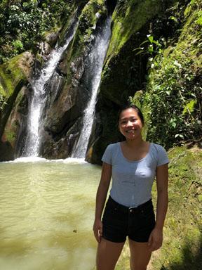 Photo de Cheryl devant une chute au Pérou