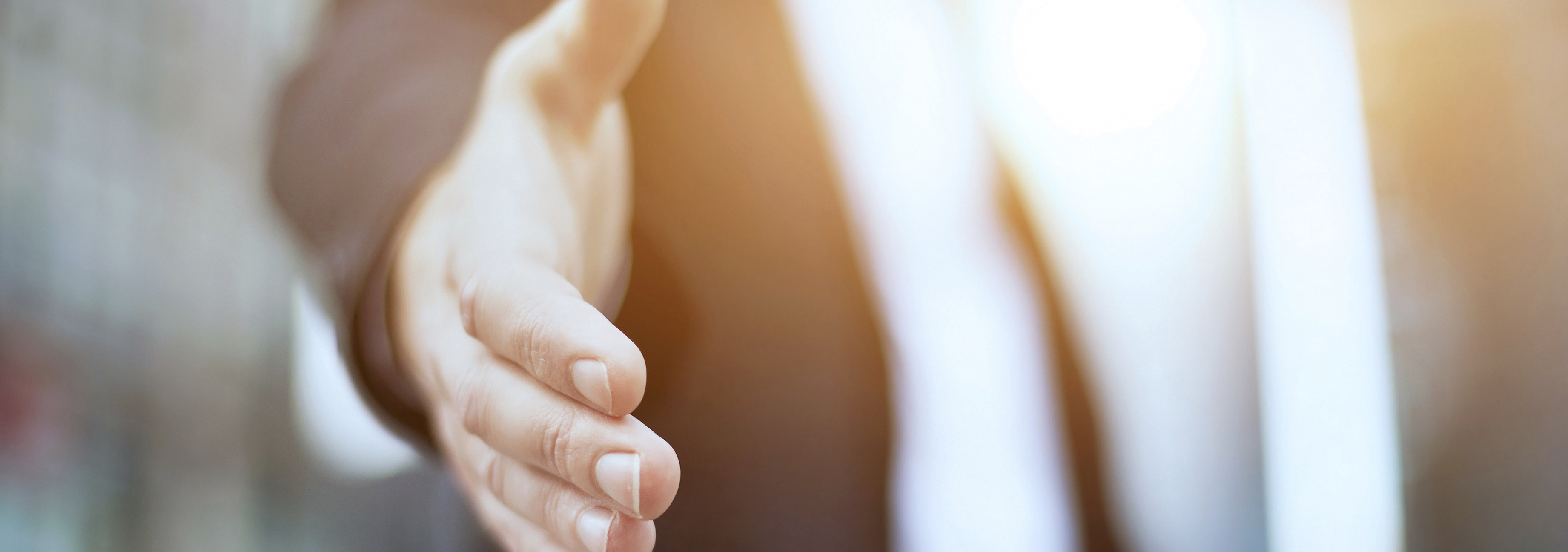 Un homme qui tient sa main pour sérée la main à quelqu'un