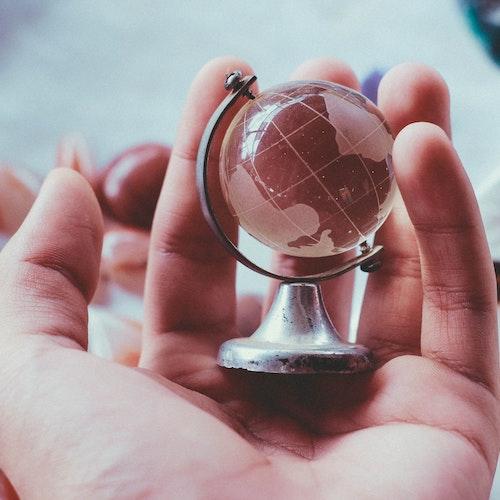 Globe en verre dans la paume d'une main