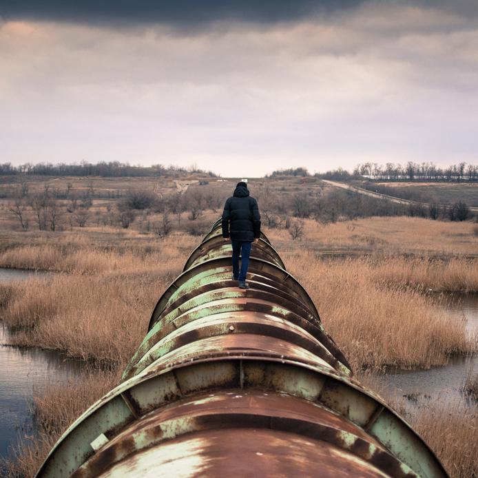 Personne debout sur un pipeline