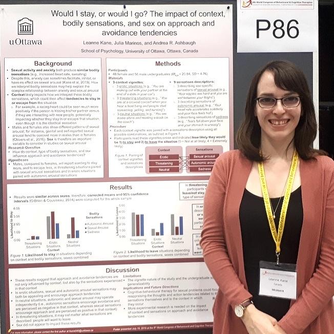 étudiante devant une affiche sur la recherche lors d'un événement