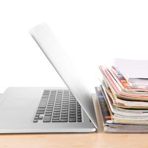 ordinateur et papiers