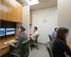 Étudiants utilisent le laboratoire