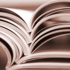Livres empilés ouverts