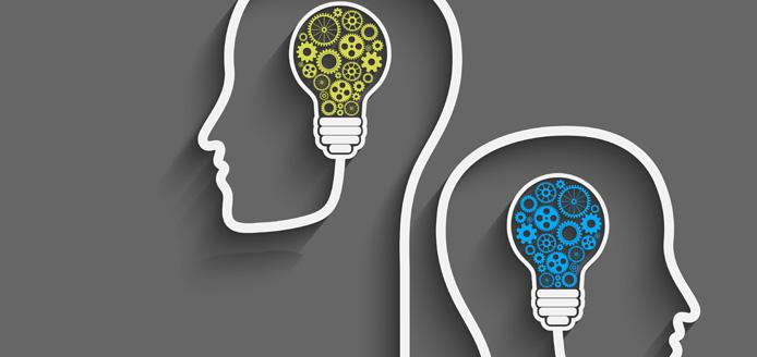 Graphique de 2 têtes avec ampoules remplies d'engrenages