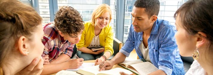 Jeunes personnes qui étudient