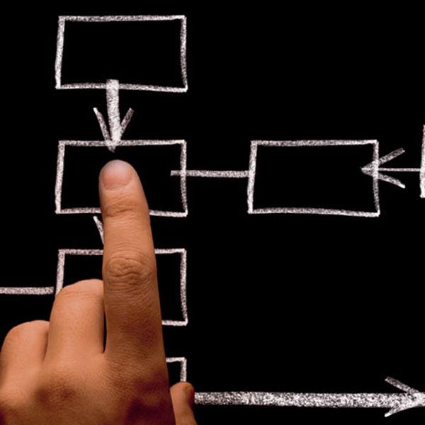 Une main qui pointe vers une variété d'options