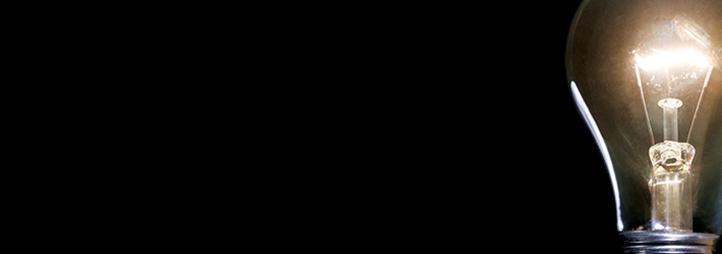 ampoule allumée sur fond noir