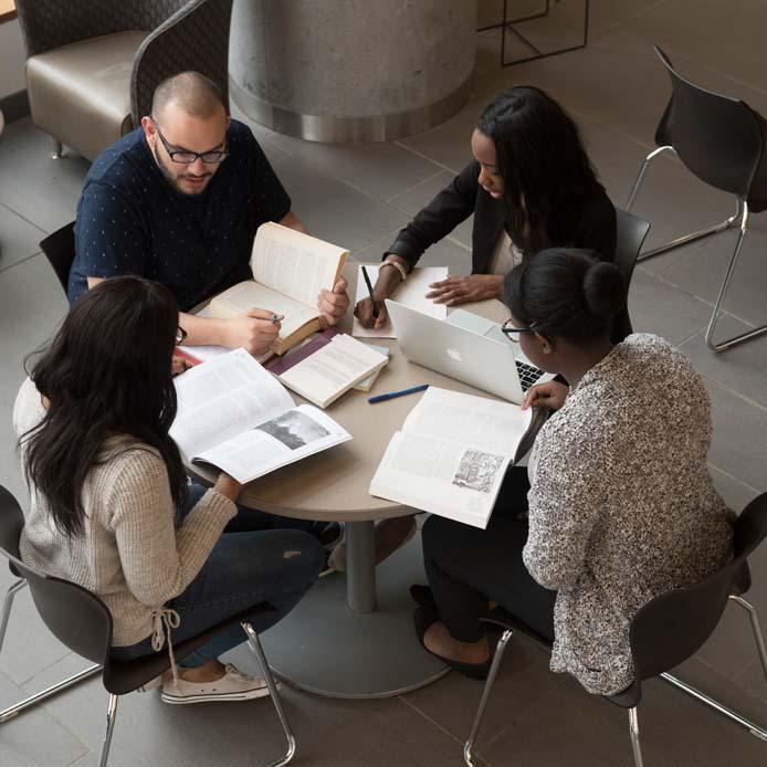 Groupe d'étudiants qui étudient à une table