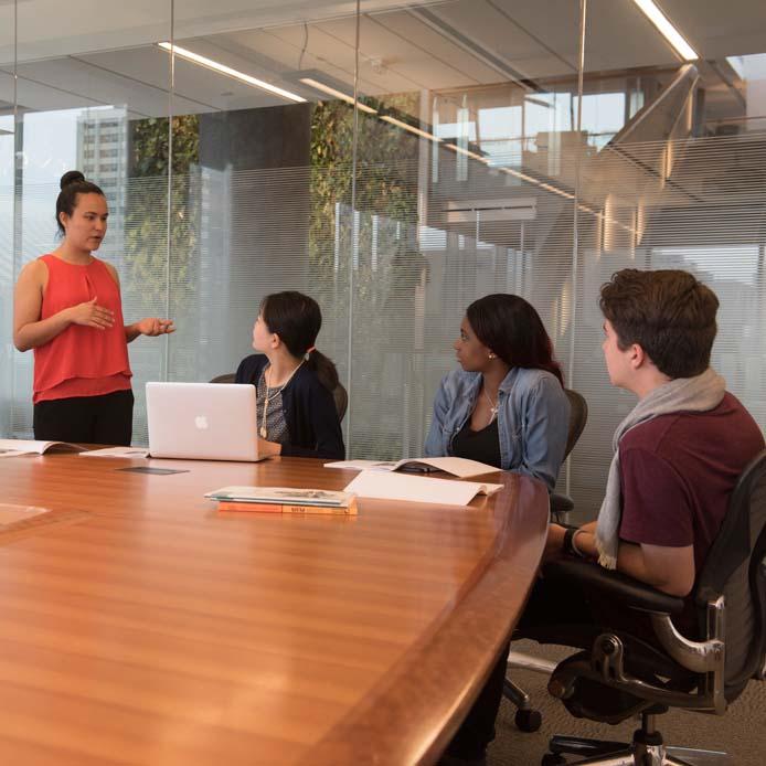 Groupe d'étudiants qui écoutent une mentore