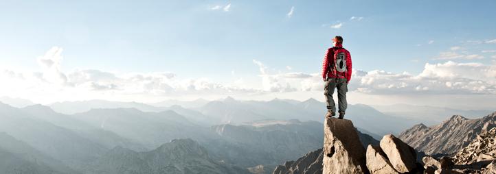 Homme au haut de la montagne