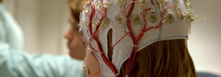 Enfant subissant un électroencéphalogramme