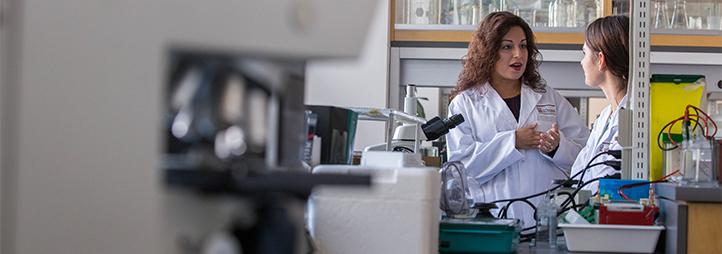 Nafissa Ismail dans son laboratoire avec une collègue