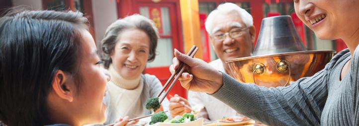 Famille asiatique durant un repas