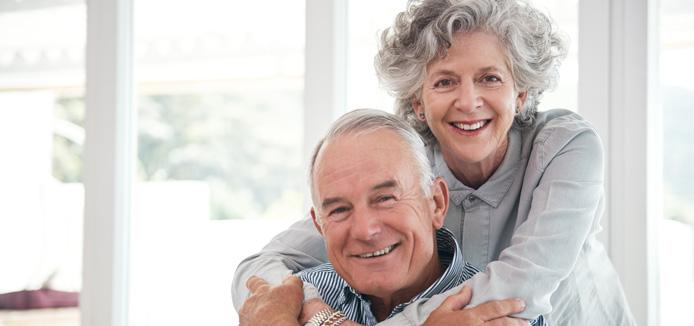 Couple caucasien âgée s'embrassant avec des sourires