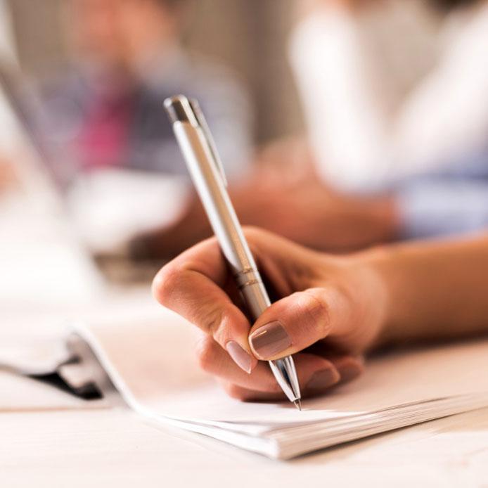 Femme qui écrit dans un carnet