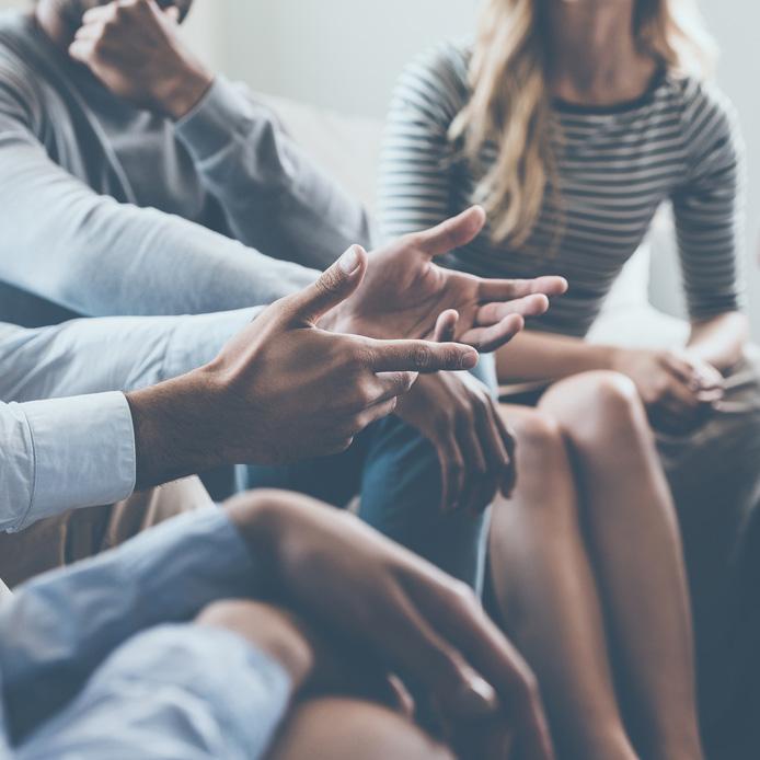 Groupe de discussion, visuel des mains et torses de ces personnes