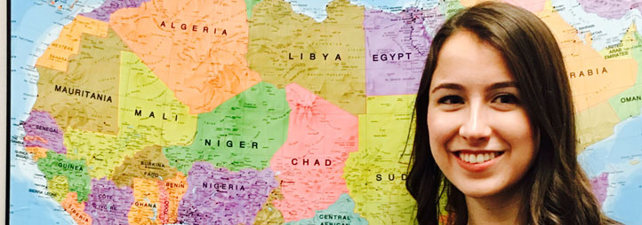Bethany MacLean devant une map