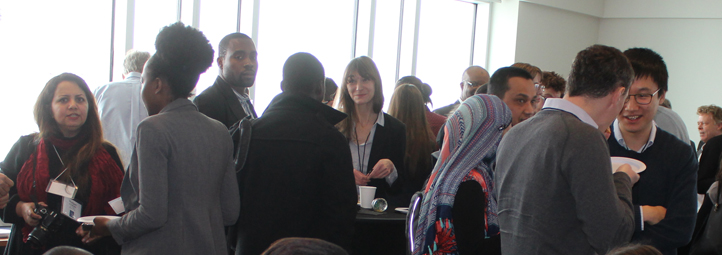 Étudiants et professeurs font du réseautage lors d'une conférence