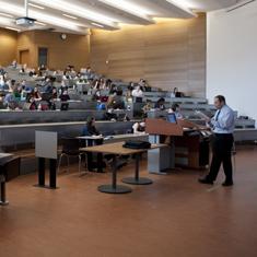 étudiant dans une salle de classes écoutant un professeur