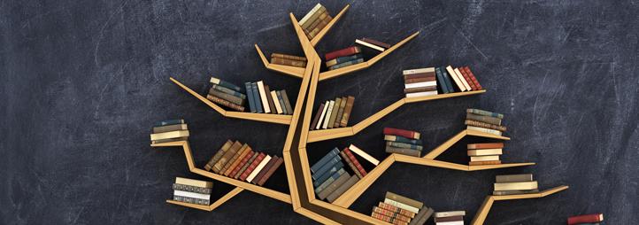 étagère en forme d'arbre avec des livres