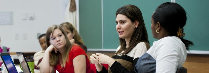 étudiants et professeur en salle de classe