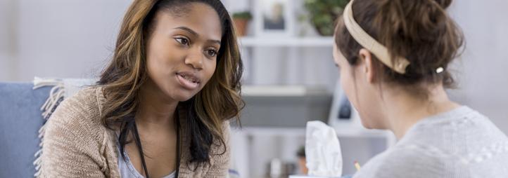 Deux femmes discutent ensemble
